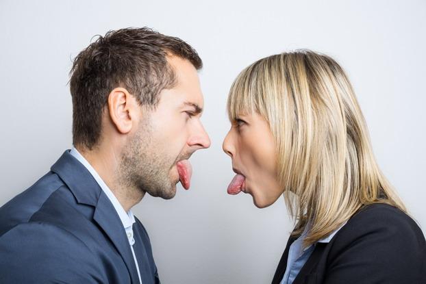 Erwachsene streiten wie die Kinder. Keine Selbstkontrolle unter Stress.